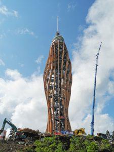Der weltweit höchste Holz-Aussichtsturm steht in Kärnten. PSS/Arno Wiedergut