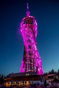 Der erleuchtete Turm am Pyramidenkogel. Foto: pixelpoint/Zangerle