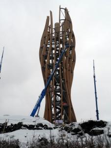 Der elliptische Baukörper mitsamt Treppe und Rutsche ist fertig