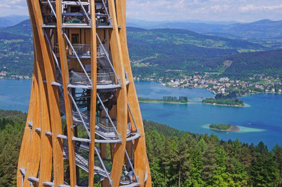 Ein wunderschöner Anblick unseres Turmes mit dem Wörthersee als Hintergrund