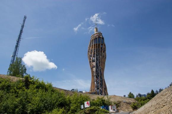 Er ist mit 100 Metern der weltweit höchste, aus Holz errichtete Aussichtsturm und bietet seinen Besuchern einen atemberaubenden Blick auf Kärntens Seen und Berge. Foto: pixelpoint.at