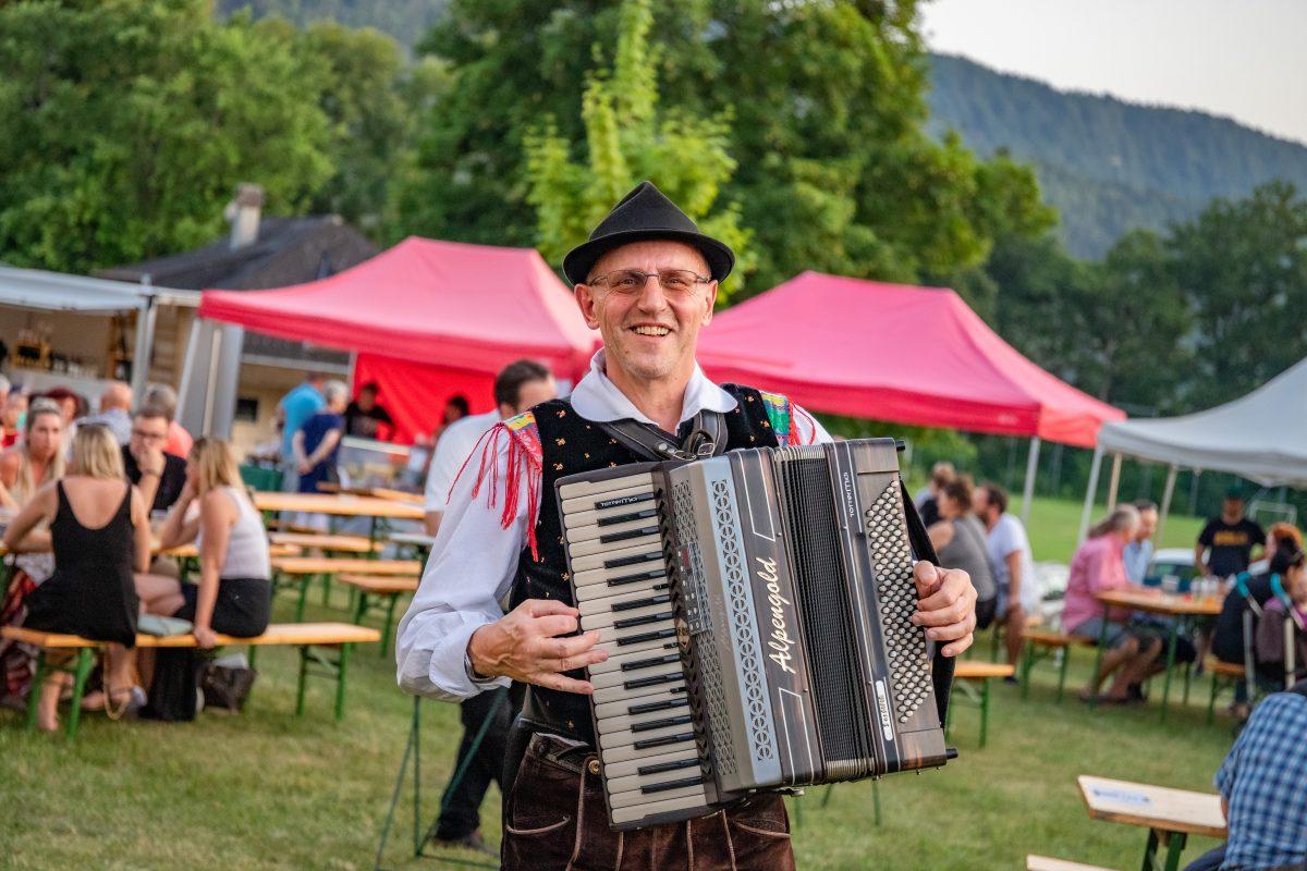 Harmonikaspieler auf dem Alpen-Adria-Markt in Keutschach, Foto: DerHandler